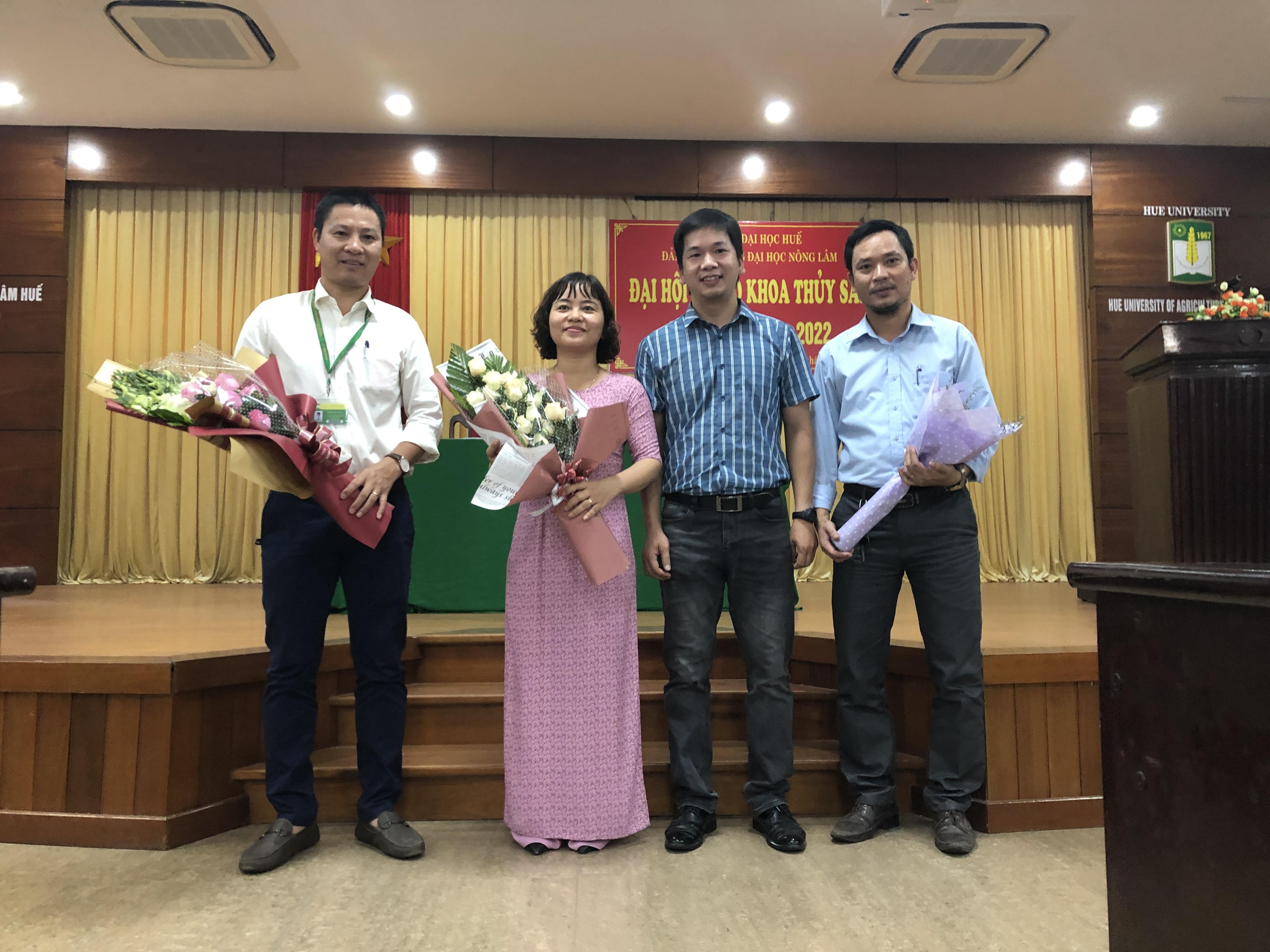 Đại diện Chi đoàn CBGV tặng hoa chúc mừng Chi ủy nhiệm kỳ mới