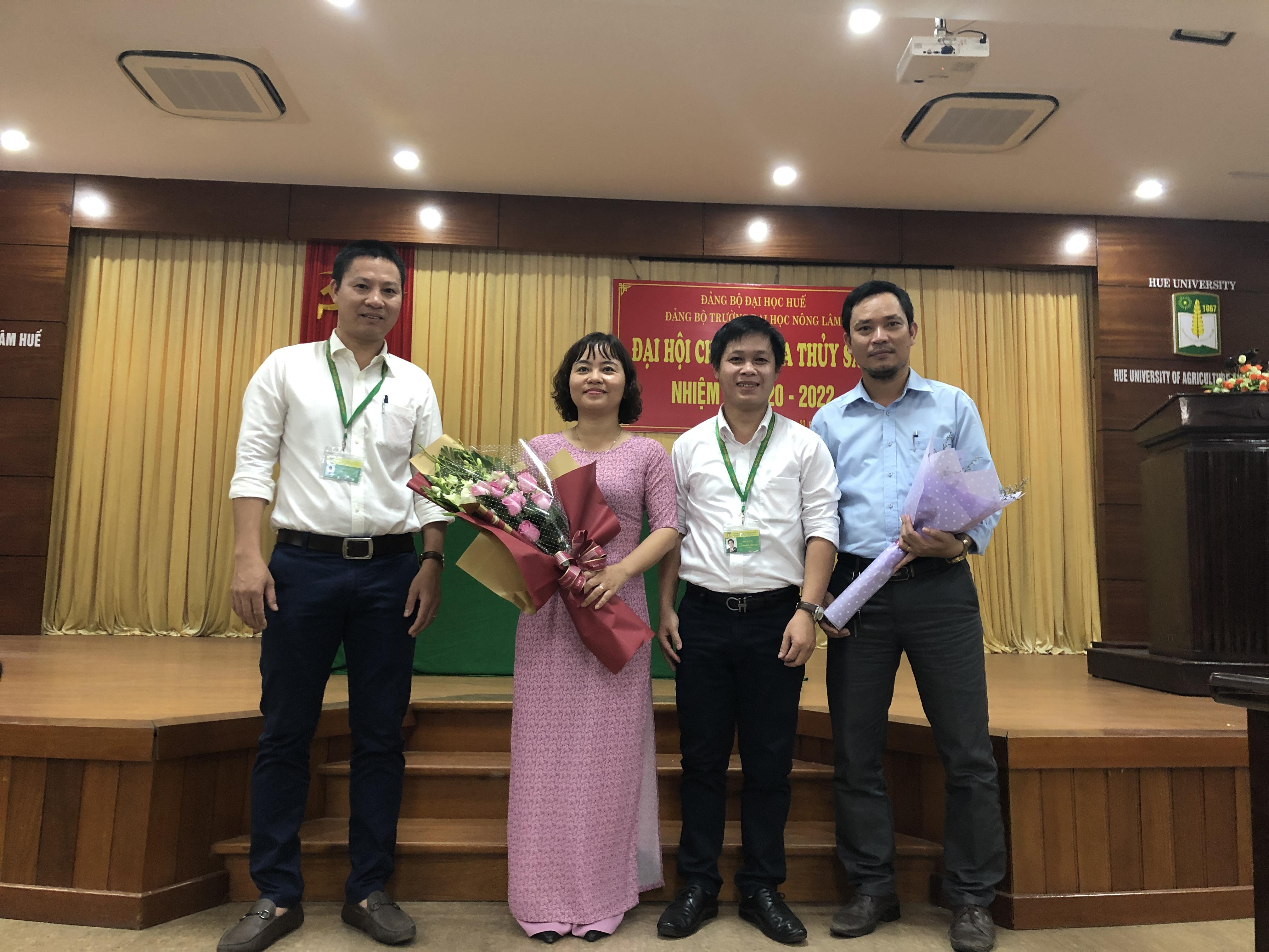 Đại diện Liên chi đoàn Khoa Thủy sản tặng hoa chúc mừng Chi ủy nhiệm kỳ mới
