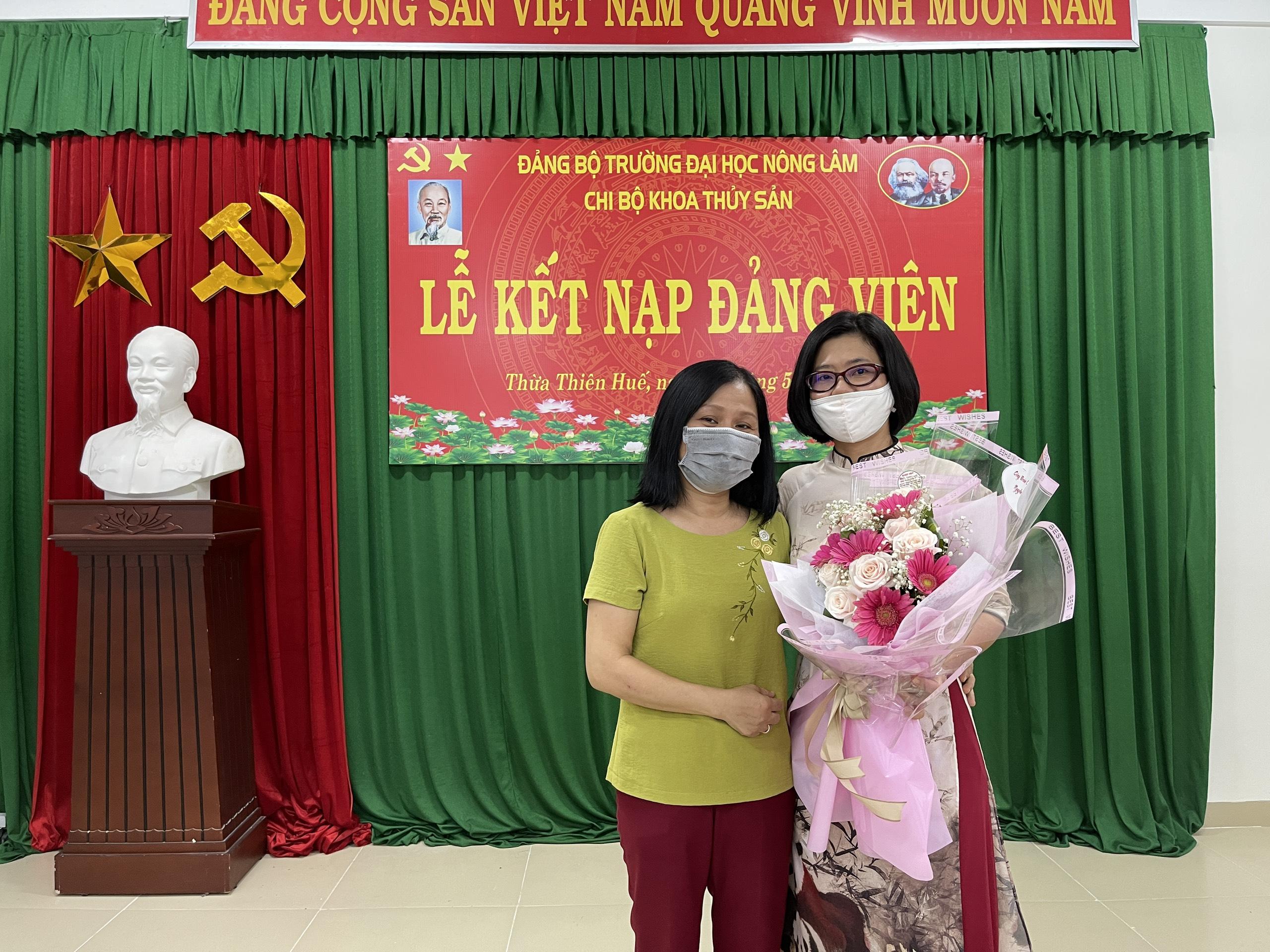 Đại diện Công đoàn khoa Thủy sản tặng hoa chúc mừng đồng chí Nguyễn Thị Xuân Hồng